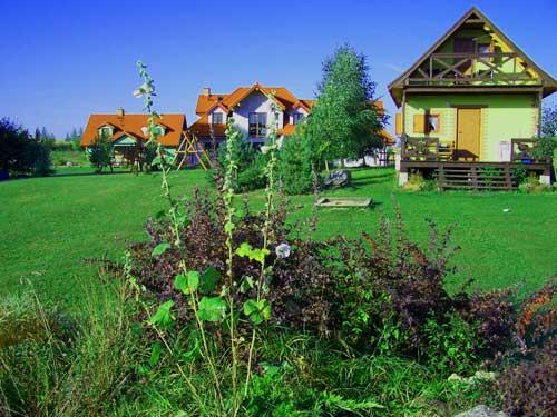 Gospodarstwo agroturystyczne u Czarka i Ewy, widok ogólny na zabudowania od strony jeziora